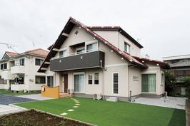 大きな三角屋根と、緑の庭が心地よい南欧風住宅