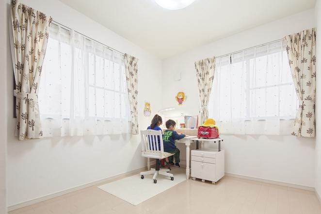 オープンスタイルのリビングで家族の気配を感じる家